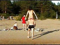 Smuk frisk står teen spiller på stranden nøgen