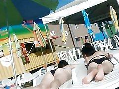 To unge ikke søstre i badeland
