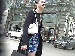 Sød pige i kort kjole strømper upskirt