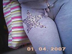 Kamel med grå bukser