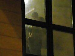 Drenge, der ser naboerne