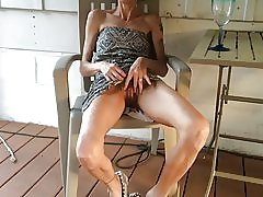 Mager kone viser hendes fisse efter et glas vin
