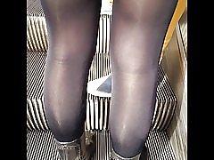 Sexet pige i meget skinnende sort uigennemsigtige strømpebukser