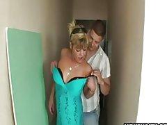 Amatør husmor kneppet af 2 fyre i en korridor