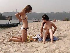 Nudiststrand bringer bedst ud af to hot teenagere