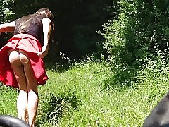 Piger upskirt selfie i naturen. piger under rock offentlige