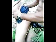 Stream med unge i skoven