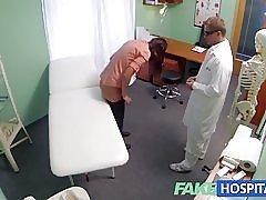 Fakehospital kort hår hottie har ingen forsikring